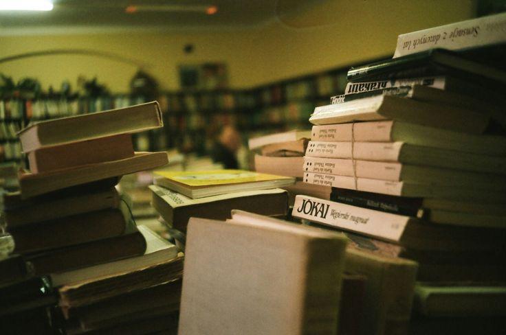 Antiquarian books. Warsaw. #ricoh #ricoh500me #analogfeatures #analoguephotography #filmisnotdead #analog #35mm #fotografiaanalogowa #klisza #book #books #antykwariat#warszawa