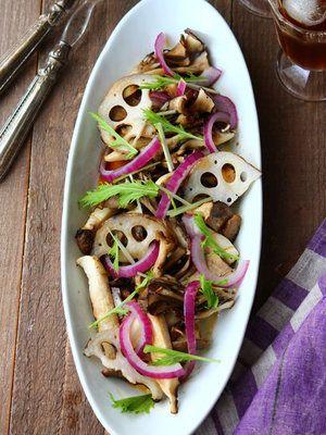 れんこんやきのこは、しっかりグリルすることで、うま味が引き立ってよりおいしくなる。ぜひお試しを。|『ELLE a table』はおしゃれで簡単なレシピが満載!