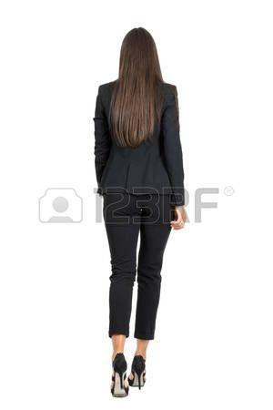 mujer caminando espalda: Mujer elegante en traje negro de negocios a pie de distancia. Vista trasera. la longitud del cuerpo Retrato completo aislado sobre fondo blanco del estudio.