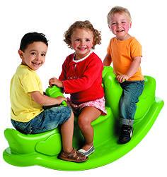 Cette balançoire est très stable et facile d'entretien puisqu'elle est faite d'un seul bloc de plastique moulé. La balançoire fait partie des jeux préférés des enfants, sensations et amusement garantis !
