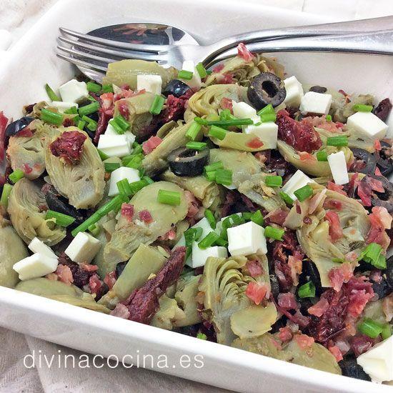 Esta ensalada de alcachofas mediterránea siempre es un éxito. Es un plato completo con mucho sabor y color, y puedes servir como entrante fuerte o para una cena ligera.