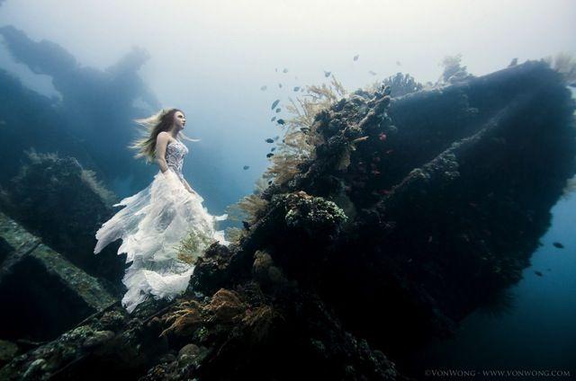 Le photographe Benjamin Von Wong a réalisé des photos surréalistes sous l'eau à 25 mètres de profondeur près d'une épave au large de Bali.