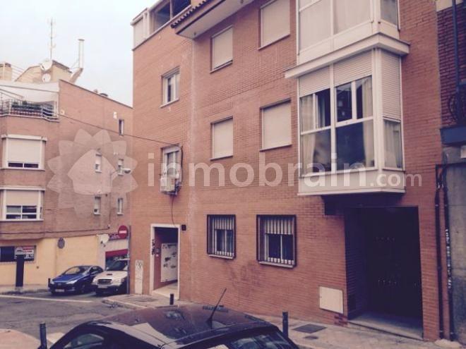Piso en Madrid de 111 m2 en el barrio de Tetuán repartidos en 3 habitaciones, 2 baños completos, salón comedor y cocina independiente. Calefacción individual. Ascensor. Plaza de Garaje. Buen estado.