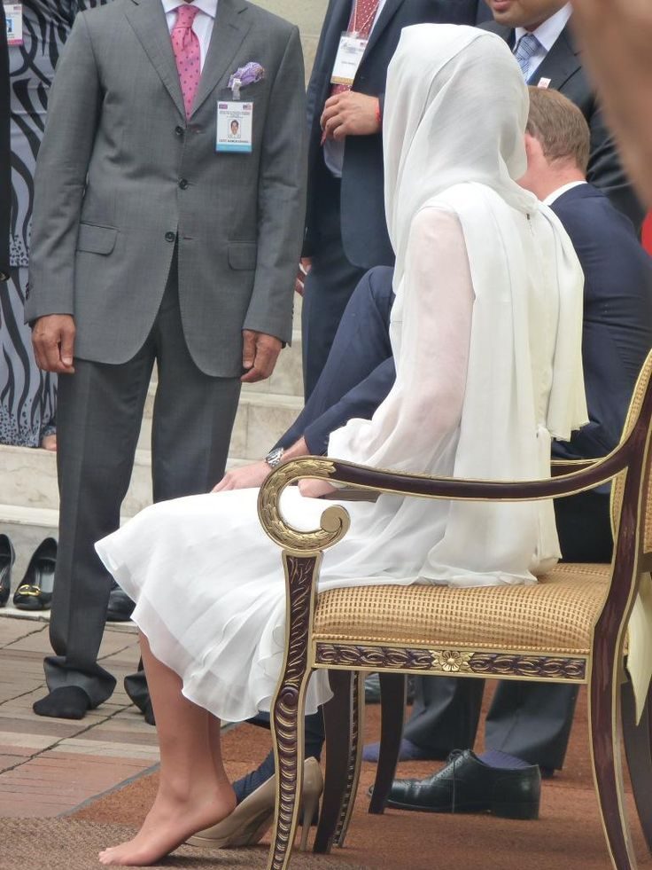 This is the largest mosque in Malaysia, it is the first time the couple has been to an Islamic place of worship. Above you see Kate with her shoes off, William in the process of removing his, Kate had her head covered in observance of Islamic religious law. (For anyone questioning the lack of toenail polish, it is inappropriate, Muslim women cannot pray if wearing it.) 9-14-12