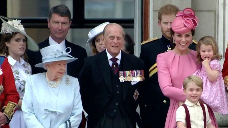 Královna Alžběta II. se podle některých britských médií chystá předat do tří let trůn svému následníkovi, princi Charlesovi. Spolu s korunou mu postoupí některá těžko uvěřitelná privilegia.