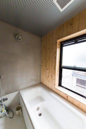 ハーフユニットバスの壁の一部にヒノキを使用。とてもいい香りが楽しめる。