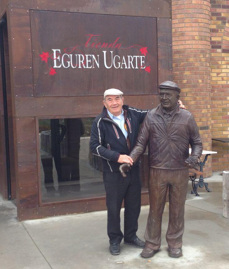 Victorino y su estatua ante la puerta de entrada de Eguren Ugarte.