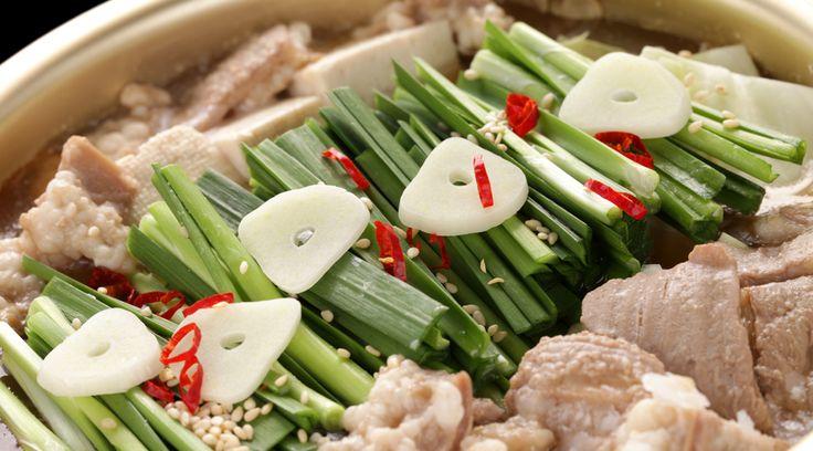 フードクリエイティブファクトリー暮らしを楽しくするキッカケになる記事を書いています。「大切な人との暮らしをもっと楽しく」を理念に活動する食と暮らしの企画制作チーム。農水省の海外向け和食PRサイト Taste of Japanへのレシピ提供や、シンガポールで連載や地方自治体のイベントプロデュースや料理教室など、日本の素敵な暮らしを世界へ発信しています。ちょっと前までは、モツ鍋はお店で食べるもの...