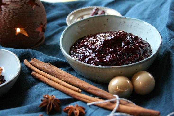 Superrychlý chia džem s lesním ovocem a vánočním kořením k snídani bez přidaných látek. Pouze plný chuti a toho, co máte nejraději.