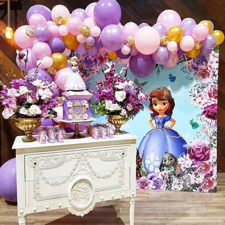 Princesa Sofia. #Repost @jossignsbydesign ・・・ Look at this awesome Sofia the First party! What a lucky birthday girl  ・・・ Styling @maryronisevents Cake @blissfullysweet Balloons @partysplendour Flowers @crazyaboutflowers Graphic design @edgehousedesign Signs @jossignsbydesign Favours @paperplayground #party #love #pink #birthday #birthdaygirl #cake #dessert #kids #sydney #princess #sofiathefirst #balloons