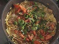 Kremet pasta med bacon, tomater og basilikum -