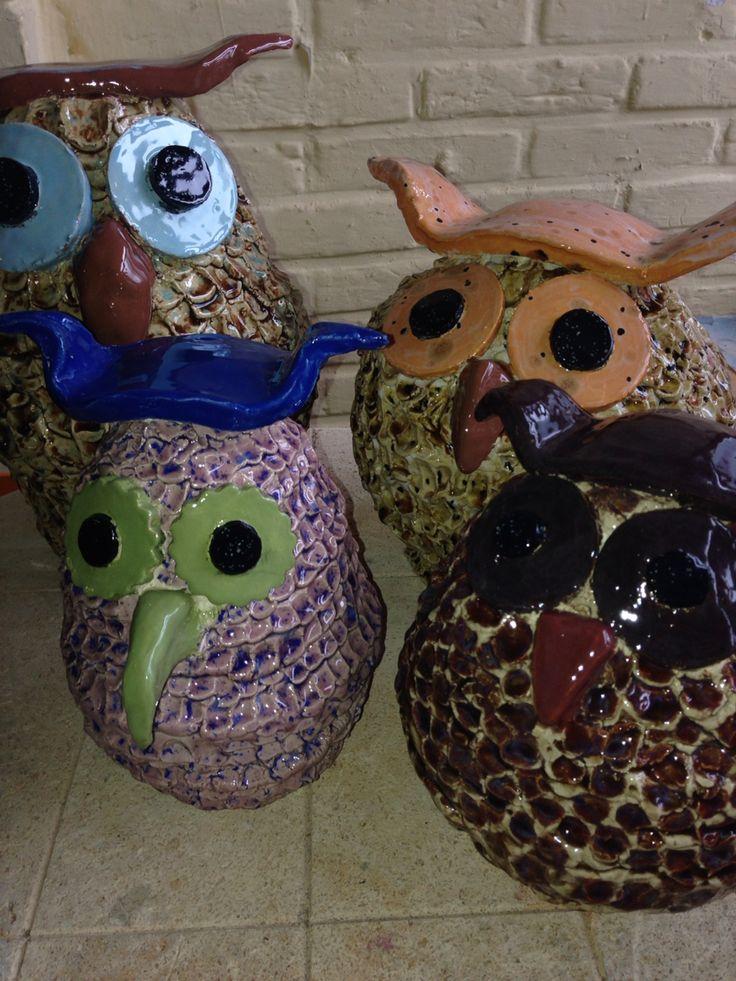 Keramiek uilen, gemaakt door 2 moeders met hun tienerdochters in mijn atelier