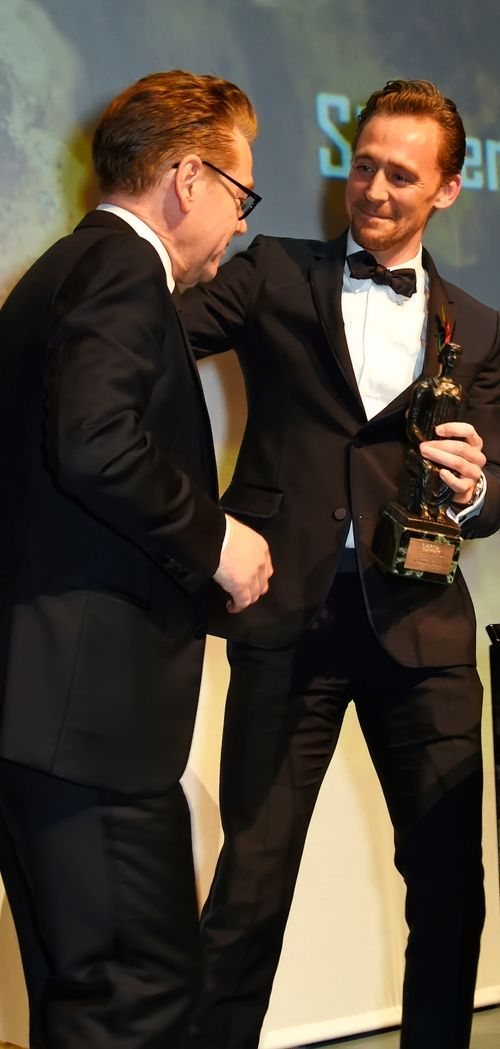Tom Hiddleston onstage presenting the Lebedev Award to Sir Kenneth Branagh at the 62nd London Evening Standard Theatre Awards at The Old Vic Theatre on November 13, 2016 in London. Full size image: http://ww3.sinaimg.cn/large/6e14d388gw1f9rb2l5bfrj212e1kwdna.jpg Source: Torrilla