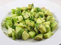 Salade de concombre pomme et avocat - une salade très fraîche et toute simple qui marie à la perfection les saveurs de la pomme, du concombre et de l'avocat. Les enfants adorent!