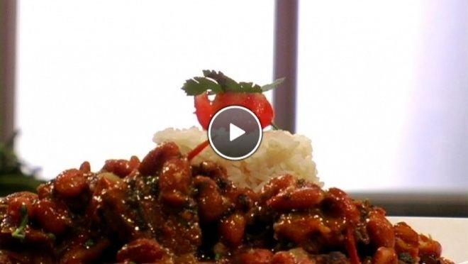 runderpoulet, kipvleugeltjes, ui, knoflook en gemberpoeder aan en breng op smaak met zout en peper. Voeg de tomaten, water, bouillontablet, laurier, suiker...