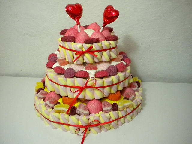 torta di caramelle http://www.lemilleeunamella.it/ #candy #torta #cake #marshmallow #idearegalo
