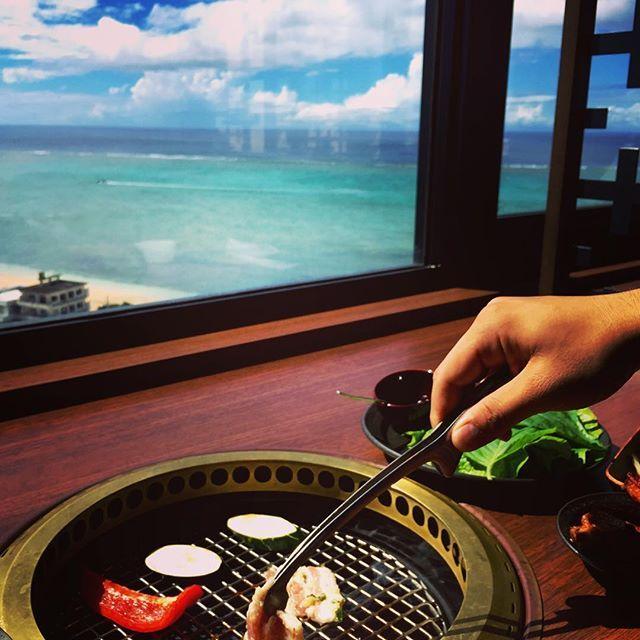 【picaricom】さんのInstagramをピンしています。 《沖縄旅行記。 海を見ながら焼肉なんて…幸せ✨😍✨😍✨ #カフーリゾートホテル の最上階にある#琉球bbqblue でランチ。 メインを選ぶとエスニックなフードやサラダ、デザートが食べられるビュッフェがついて、なんと2000円以下!! 朝食ビュッフェやディナーも良いけど、ランチは落ち着いてるし、この絶景と美味しい食事が楽しめるのでオススメです😋  #沖縄 #沖縄旅行 #恩納村 #海 #オシャンビュー #ビーチ #焼肉 #ランチ  エスニック #韓国料理 #タイ料理 #その他いろいろ #サラダ #スイーツ  #okinawa🌴 #beach #sea #seableu #oceanview #lunch🍴 #bbq #fresh #salad #sweets #esnice #localfoods #relaxtime》