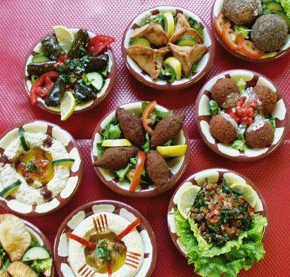 Pour succomber aux délices de la cuisine libanaise, voici quelques recettes incontournables: falafels, hoummous, feuilles de vigne farcies et chawarma.