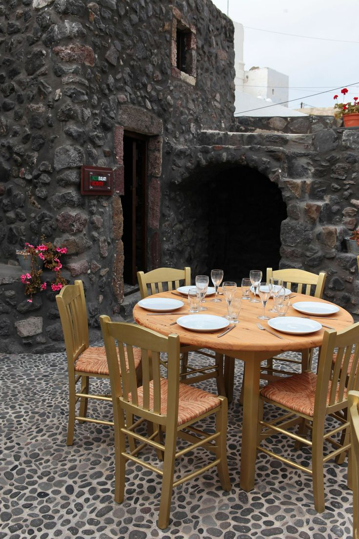 Enjoy your al fresco dinner or lunch and soak up the sea breeze of #Santorini!