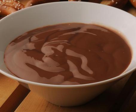 Oltre a farcire le torte e le crostate, la crema alla nutella è perfetta da spalmare sul pane e sulle fette biscottate, per una merenda veramente golosa.
