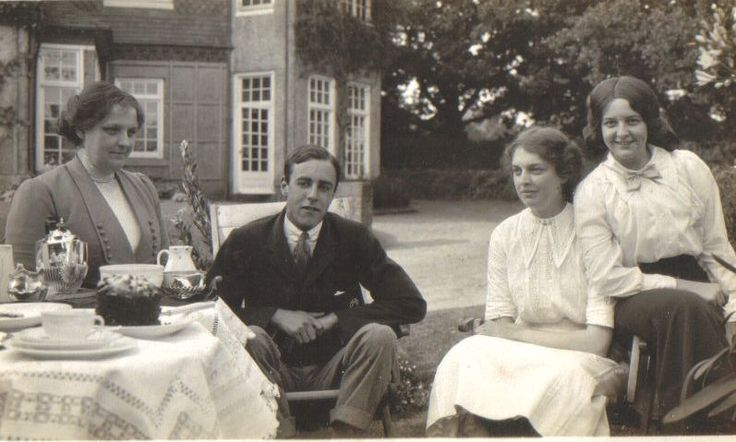 Jervis Molteno w. Mrs Nellie Bisset & her daughters Islay and Gwen, Parklands, pre - 1914