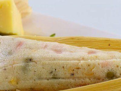 Receta de Tamales de Chile Poblano, Queso y Elote.-300 gramos de manteca de cerdo (masa) 500 gramos de harina de nixtamal cernida, (masa) 1/2 taza de infusión de cáscaras de tomate verde (masa) 1/2 taza de caldo de cerdo 1 cucharada de polvo para hornear (masa) sal al gusto (masa) 3 chiles poblanos asados y cortados en rajas (relleno) 200 gramos de elote en lata drenados (relleno) 400 gramos de queso oaxaca deshebrado (relleno) 1 paquete de hoja de maíz para tamal remojadas