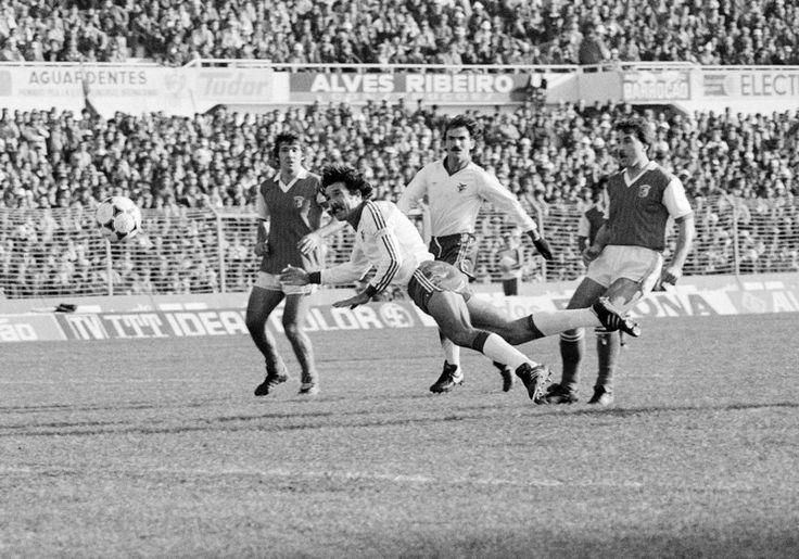 BENFICA-SC BRAGA, 1983. Humberto cabeceia com João Alves preparado para eventual recarga.