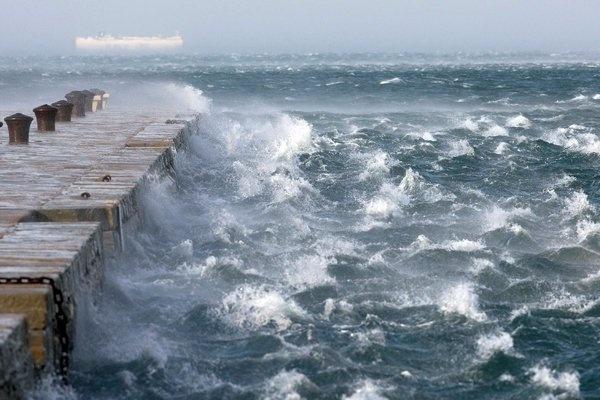 Il mare di Trieste in tempesta per Bora