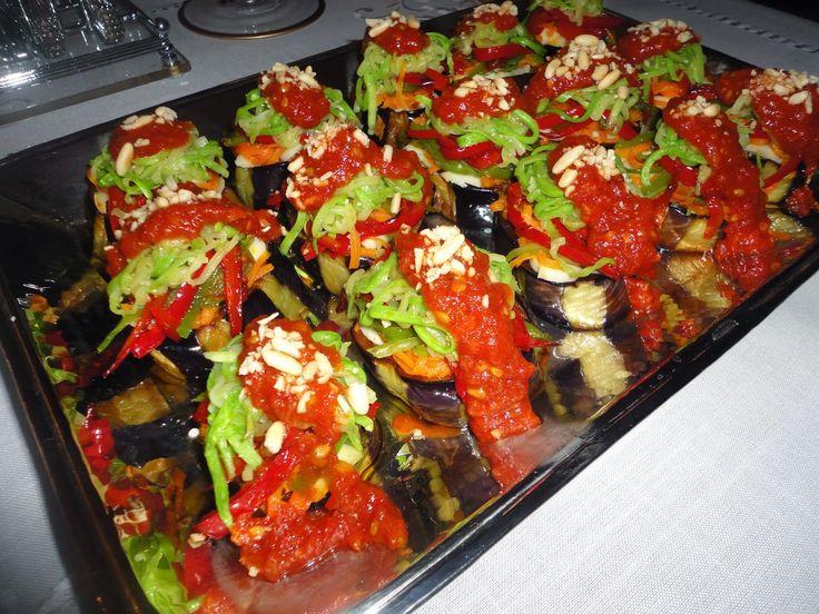 SOTELENMİŞ SEBZE KULELERİ  MALZEMELER 2 adet çok büyük boy kemer patlıcan 5 adet havuç 5 adet kırmızı biber 5 adet yeşil biber 2 adet kabak 2 adet sarı biber labne peynir kızartmak için sıvıyağ SOSU 4 adet domates 3 diş sarmısak 2 yemek kaşığı sıvıyağ 3 adet kesme şeker 1 çay kaşığı karabiber 2 çay kaşığı tuz 1 yemek  kaşığı sirke taze fesleğen 2 yemek kaşığı dolmalık fıstık YAPILIŞI      Patlıcanları alacalı soyup,kalın halkalar halinde doğrayın.Tuzlu suda 1 saat kadar ıslayın ve iyice…