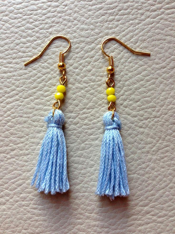 Jolie paire de boucles d'oreilles colorées, parfaites pour égayer vos tenues d'été ! :)  Crochets en métal doré Pompons faits main en fil de coton bleu ciel Perles de verre jaune citron
