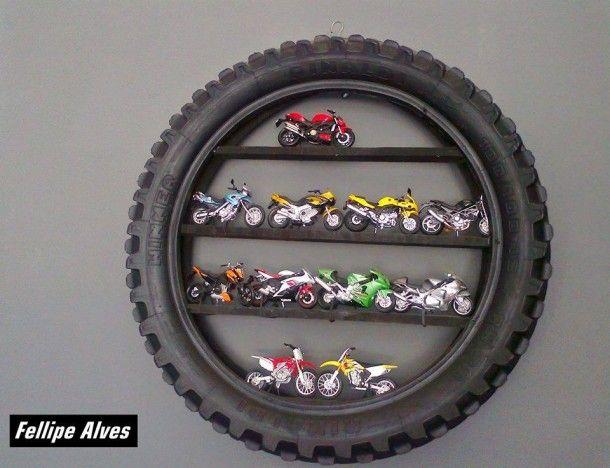 buiten-fietsband met planken om auto's motoren o.i.d op te zetten, stoer voor een jongenskamer. Motor in boys room