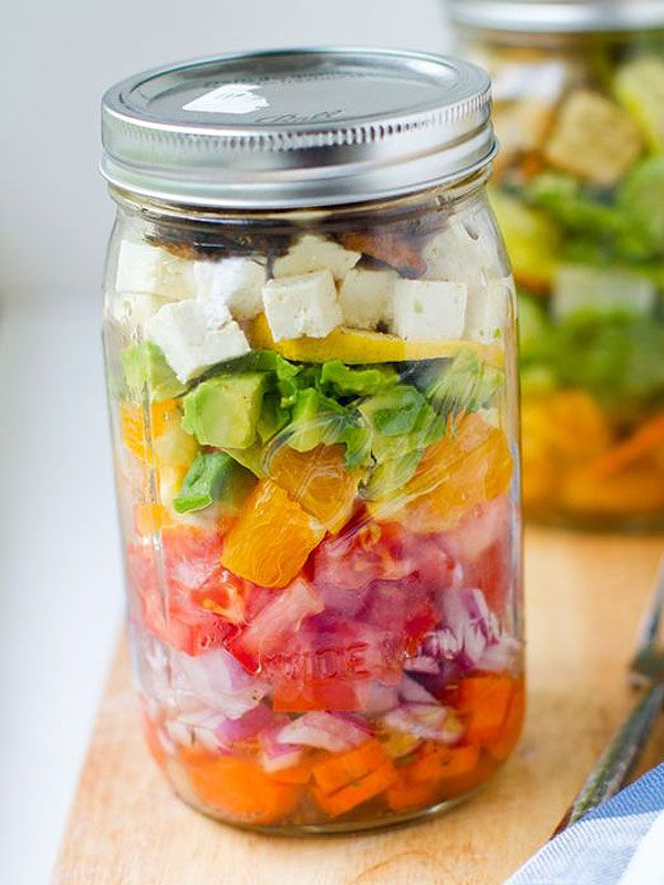 Mason Jar Salad - Tired of wilted salads? Try these layered recipes! / Pour ne plus avoir de salades flétries dans votre boîte à lunch, essayez ces recettes de salades superposées en pot masson!