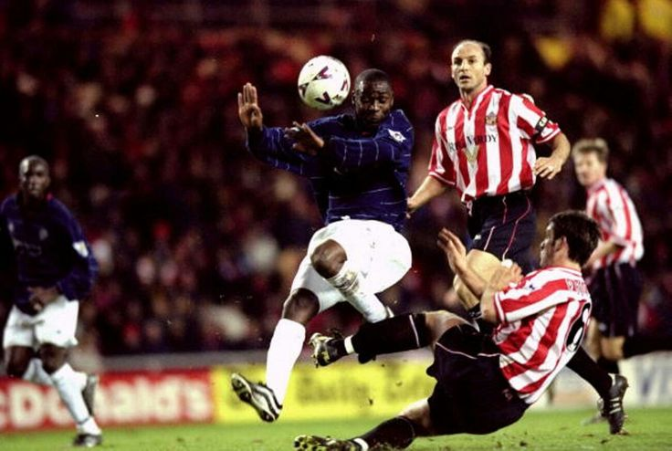 Sunderland 2 Man Utd 2 in 1999 at the Stadium of Light. Andy Cole goes close with this shot #Prem