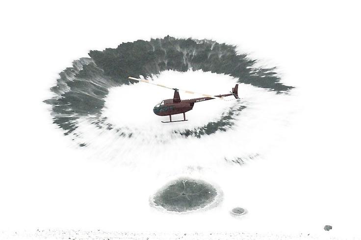 De helikopter die donderdagmiddag het ijs aan de rand van het Veluwemeer sneeuwvrij blies, had daarvoor geen toestemming. De politie stelt een onderzoek in naar het laagvliegen zonder ontheffing.  Foto ANP