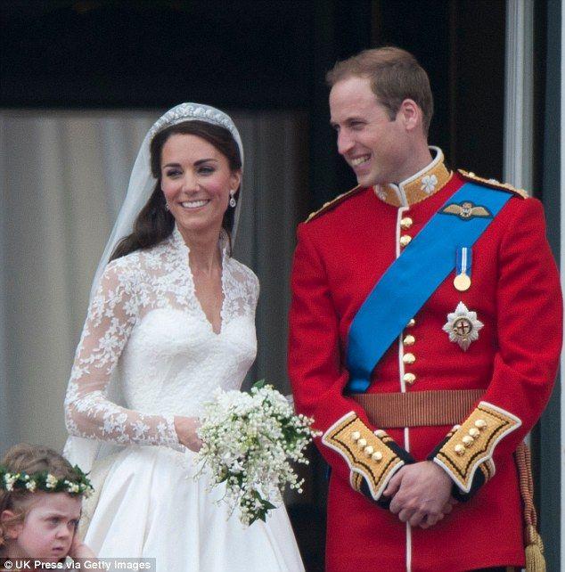 Overweldigende jonggehuwden: Kate Middleton en prins William zijn afgebeeld op het balkon van Buckingham Palace na hun huwelijk in de Westminster Abbey op 29 april 2011