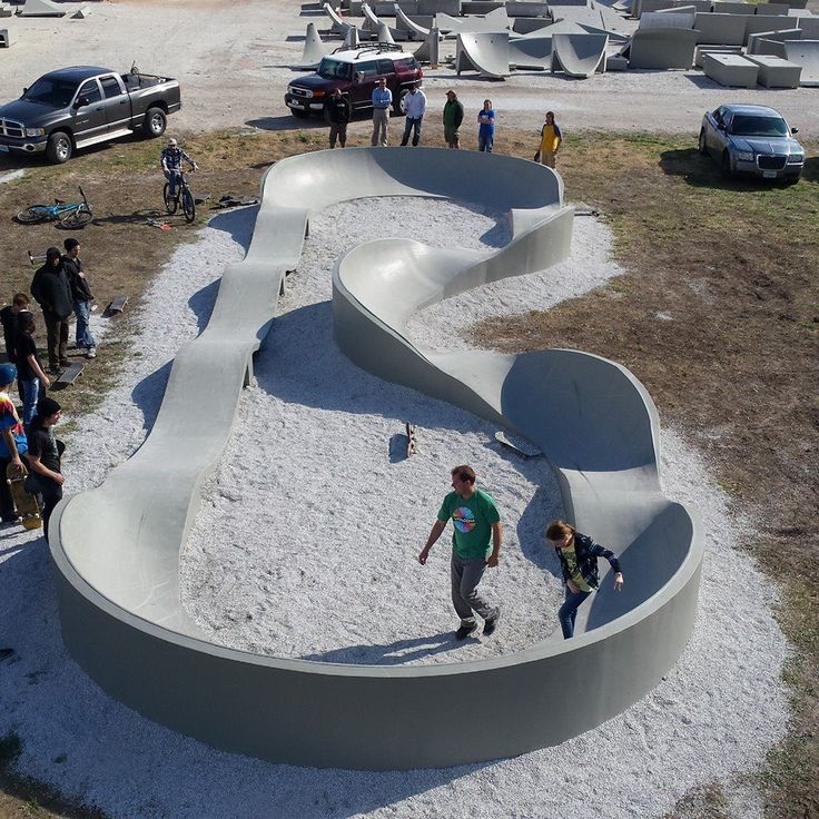Concrete Pump Track, cheap garden idea if you know how to work with cement. Construcción de skateparks COPINRAMPS