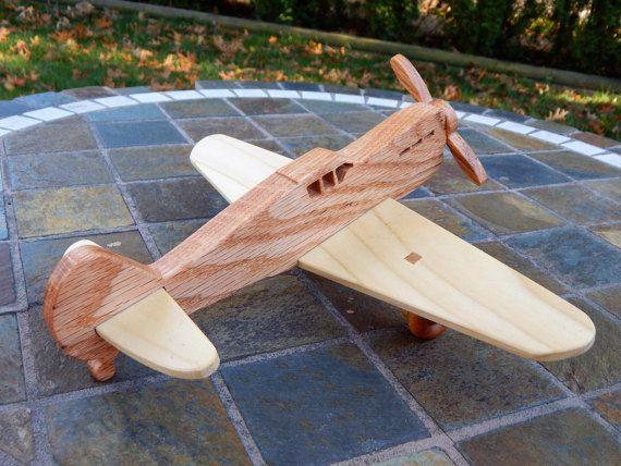 Aeroplano di legno, rovere, acero e pioppo. Ruote e lelica gira. Giocattolo è rifinito con cera dapi e olio minerale (finitura non tossici)   Dimensioni: Lunghezza 9,5 apertura alare di 11 3,5 alto   Siete pregati di notare che il giocattolo contiene piccoli pezzi.   Grazie per la ricerca al mio negozio. Si prega di interrompere spesso indietro per vedere che cosa è nuovo