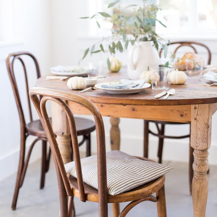 Beautiful simple tablescape for fall from Heather Bullard on Instagram  ||  Friday Favorites at www.andersonandgrant.com