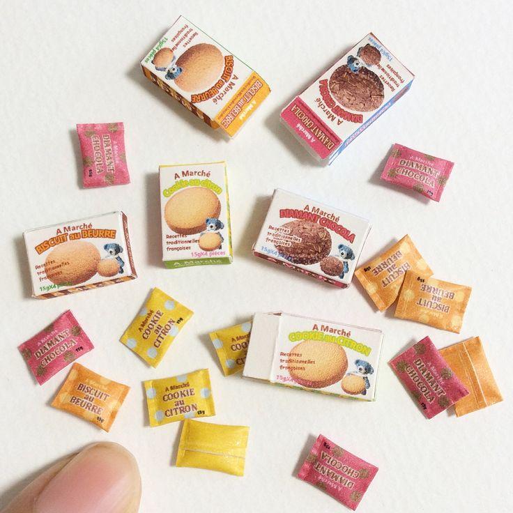 いいね!61件、コメント1件 ― atsukoさん(@atsu.co.hi)のInstagramアカウント: 「ミニチュア 1/12サイズパッケージ クッキーの箱。 バター・レモン・チョコの3種類。個包装4つ入り ミニチュアあみぐるみに、パッケージ写真に登場してもらいました #ミニチュア #ドールハウス…」