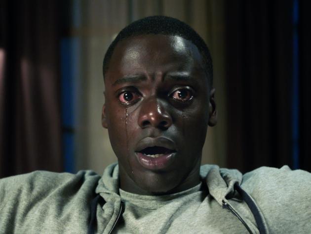 """Ein dunkelhäutiger Mann, der mit einer weissen Frau zusammen ist. In der heutigen, aufgeschlossenen Zeit doch das normalste der Welt – möchte man meinen. """"Get Out"""" von Regisseur Jordan Peele nimmt sich dieser Thematik an und hüllt die damit einhergehende Sozialkritik geschickt in ein neues Genre-Gewand. Aus dem """"bösen schwarzen Mann"""" wird in """"Get Out"""" nämlich der Held eines eindringlichen Horrorfilms."""