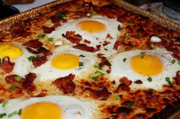 Breakfast Pizza : fresh bacon + fried eggs = breakfast pizza on steroids