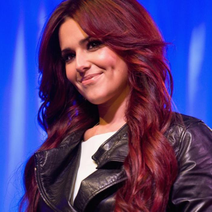 teinture acajou couleur bourgogne des cheveux - Coloration Acajou Rouge