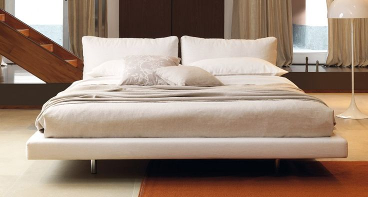 OZIUM | A formal appeal, a natural stance | Two large, soft, feather-filled cushions give the bed a formal appeal thanks to their natural stance.