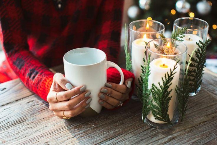 Kerzen für Weihnachten – Windlichter mit Tannen- oder anderen Zweigen dekorieren