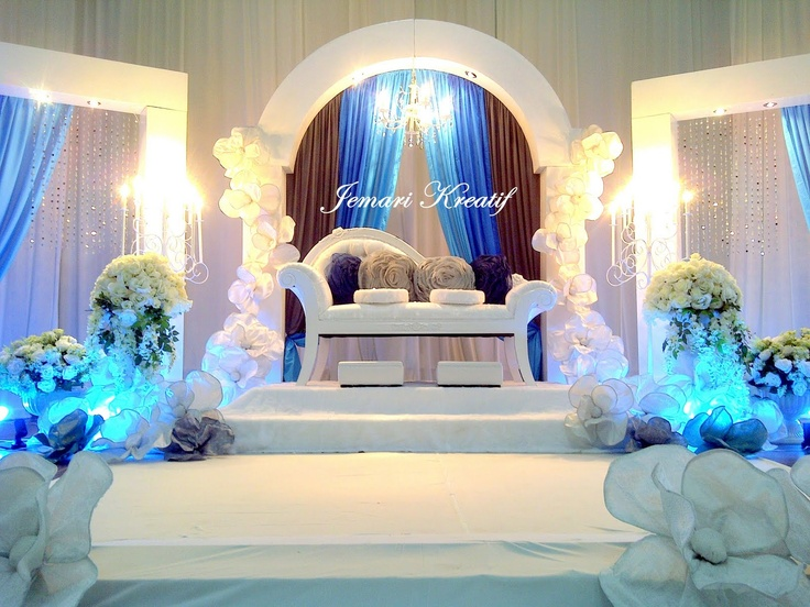 I like the way the center area is framed by the curtains and arch above. The chair they used is nice too. Flowers are on  columns on each side.