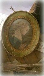 Vanha medaljonkitaulu, rukoileva neito | La Petite Provence - tuoksuja ja tunnelmaa kotiin sekä lahjaksi (Hallinta)