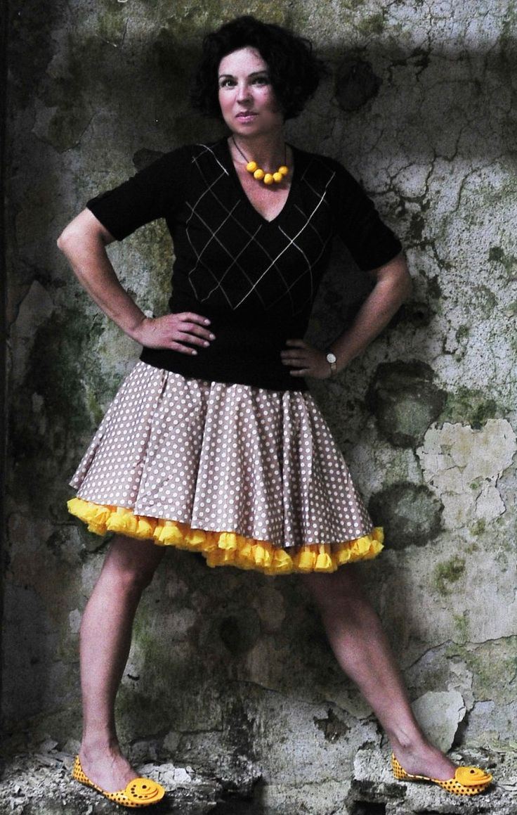 FuFu sukně béžový puntík se žlutou spodničkou FuFu sukně s bohatou JEDNOVRSTVOU spodničkou.Sukně a spodnička jsou samostatné. Sukně je kolového střihu, nemá žádný šev a je v pase minimálně nabíraná, takže nedeformuje postavu, v pase je do tunýlku s širokou plochou gumou, dělá hezký štíhlý pas. Vzor květů nabízíme ve 4 barevných odstínech - vyberte si dle ...