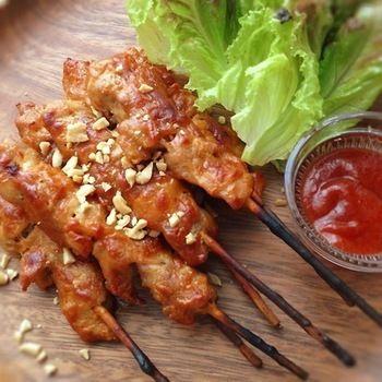 甘さを控えめにしたインドネシア料理サテのレシピです。辛いのが好きな方にはサンバル(チリソース)と一緒にいただくといいそうです。おつまみにもなりますし、串刺しスタイルなのでパーティにも◎。
