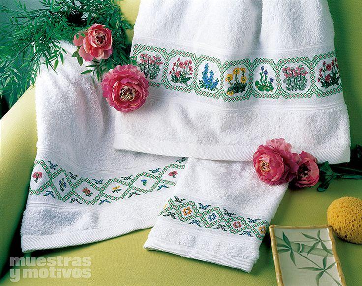 Toallas blancas con flores cosidas en punto de cruz #toilet #bathroom #home #labores #muestrasymotivos #puntodecruz #flower #rose #white #eco #muestras
