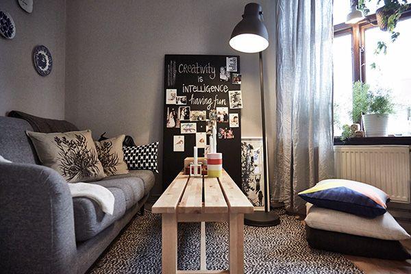 De woonkamer na de make-over, met een bank als salontafel voor de zitbank, een reservetafelblad dat we gebruiken als een inspiratiebord en kussens op de vloer als extra zitplaatsen